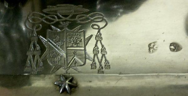 Particolare dello stemma vescovile e dei punzoni
